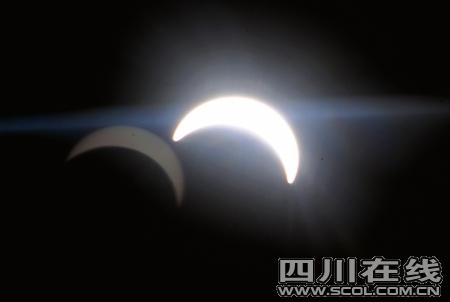 透过飞机舷窗拍摄的日食