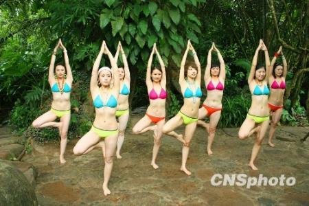 比基尼美女体验热带雨林瑜伽图