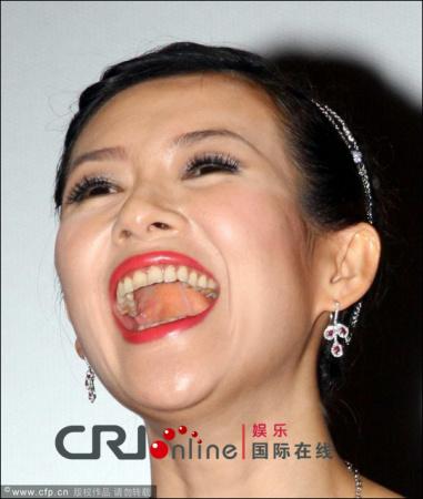 也有很囧的一面,明星们开心时候毫无戒备的得意忘形的张嘴大笑,也经常