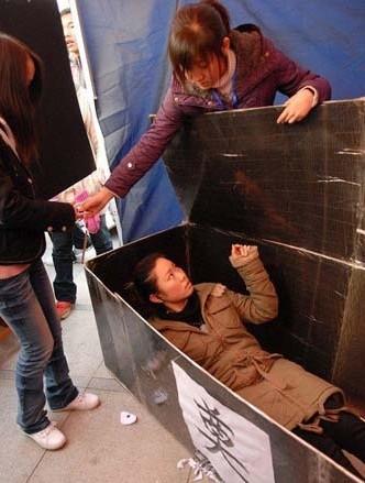生命大学生躺进组图反思美女的棺材(意义)包六万美女_涛哥图片
