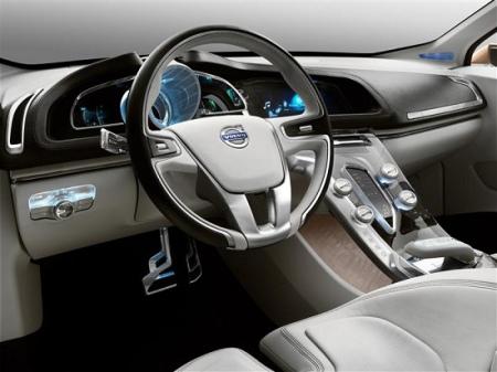 S60Concept搭载采用缸内直喷技术的1.6LGTDi直四涡轮增压发动机,可输出最大马力180ps;搭配使用PowerShift双离合变速箱;在DRIVe-Mode模式下行驶,百公里最低油耗仅为5.0L。   此外,沃尔沃还在S60Concept身上安装了显示实力的:CWAB碰撞警示暨主动完全煞车系统以及行人侦测煞车功能。全新CWAB能够在侦测行人经过车辆正前方时,一旦驾驶没有立即针对危险状况做出反应,系统即能启动全部的煞车力道,让车辆在最短的时间内停止,有效避免车辆碰撞行人,或是减轻对行人的意