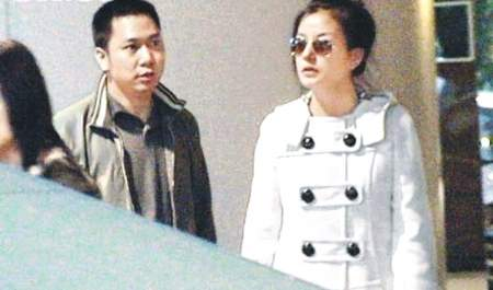【娱乐】赵薇怀孕 老公黄有龙照片首度曝光