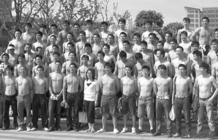 """全部""""裸体"""" 成都一高校最""""袒诚""""毕业照曝光图片"""