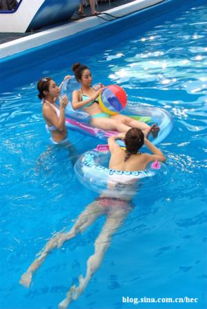 偷拍游泳池里的韩国比基尼美女