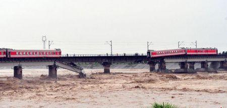 宝成铁路广汉段大桥垮塌 K165次火车两节车厢掉进河里