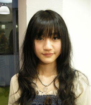 齐刘海圆脸减龄发型配搭图片