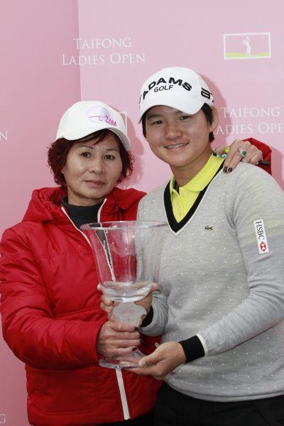 曾雅妮(右)与母亲