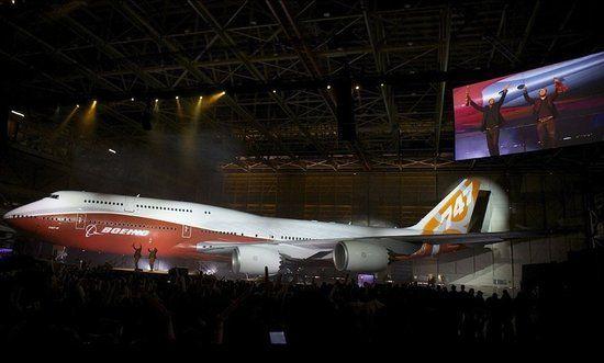 继波音747-8货机于2010年2月成功首飞之后,昨日凌晨,身披橙红色全新日出涂装的首架全新波音747-8洲际客机,在埃弗雷特工厂成功下线。据了解,与其它大型客机相比,这款大运力的新客机能为航空公司提供最低的运营成本、最佳的经济性以及更好的环保性能。昨日,成都晚报记者从波音中国公司传播事务部获悉,成都飞机公司制造了747-8的副翼、扰流板、水平尾翼零部件和次组件。   空军一号看上新款747   据波音民用飞机集团副总裁兼飞机项目总经理帕特沙纳罕介绍:作为波音在400-500座级市场上的唯一