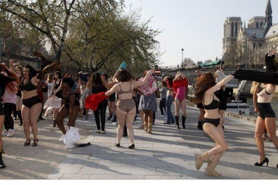 法国女人们大跳裸体舞_资讯中心_新浪四川_新