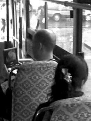 百性阁成人黄片_秃顶男在公车上看黄片 画面不堪入目(图)
