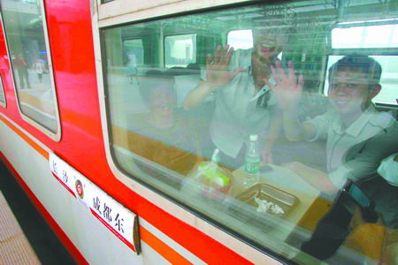 成都东站运营首日 1万旅客出行5万市民进站观光