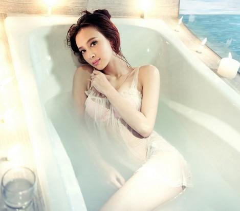 性感美女浴室写真 穿着透明内衣浸泡在水里