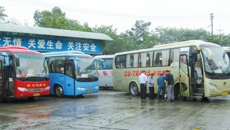 五桂桥汽车站23辆客车油箱里的油被盗光
