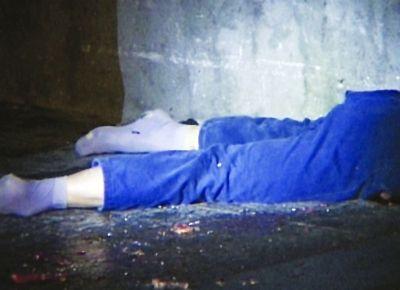 男子从高空坠楼摔成两截身亡