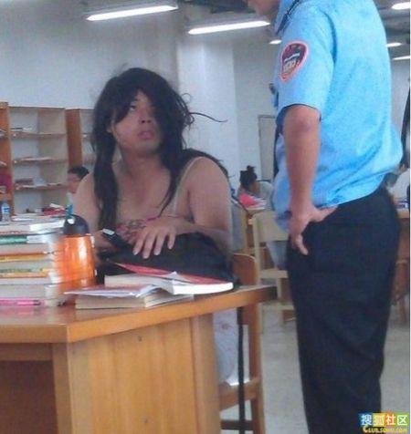 某大学图书馆惊现销魂长裙男