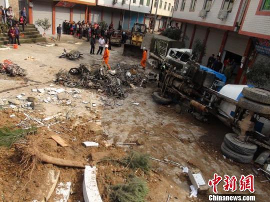 四川苍溪发生一起交通事故引发火灾 已有5人死亡