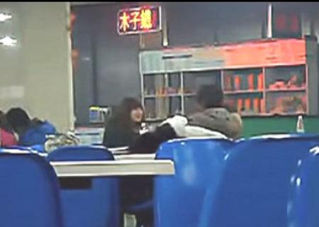 吉林大学男生惊人一幕:女生向女生大胆索吻_教食堂被消化图片