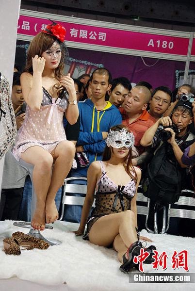 11月14日,为期三天的第九届全国(广州)性文化节暨性与生殖健康用品及艺术品展销订货会落下帷幕。与往年不同的是,今年性文化节不仅有黄、黑、白三种肤色模特齐上阵走内衣秀,而且还有健美男士大秀肌肉。此外,钢管舞、肚皮舞、肚兜秀更是首度公开亮相性文化节。今年性文化节展区首度扩容,为了增加文化的氛围,增加了八项展览和表演项目,性文化元素大增,提高了性文化节的水平和档次。其中人气最高的莫过于客家房中术泥塑、性感美女内衣秀、人体艺术摄影展和情趣用品展等。