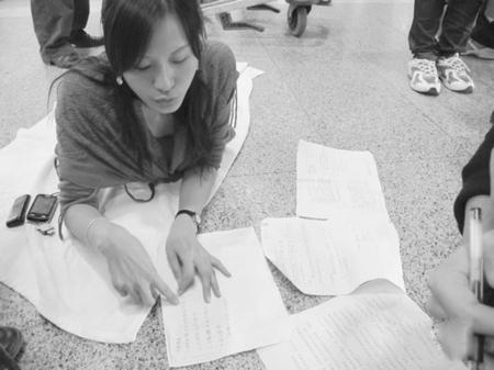 朱兰英13日在昆明机场展示医院诊断结果图据云南网