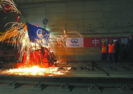 工人正在进行铁轨焊接工作(图片来源成都商报)