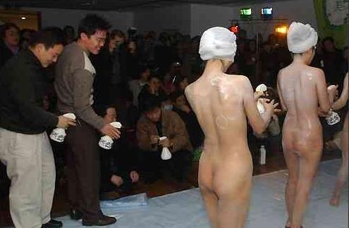 少女商场全裸推销沐浴液