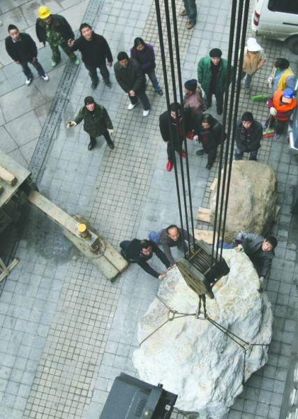 重达十三吨的翡翠原石从运渣车上卸下