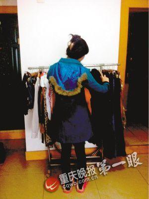 陈莹正在为昨晚的相亲挑选衣服