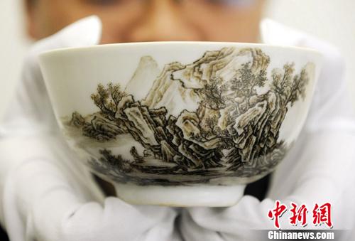 雍正年制瓷胎珐琅赫墨彩山水碗