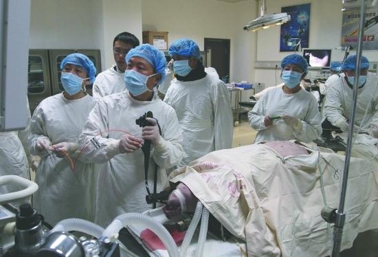 它们洗了个泡泡浴之后,被送进手术室,接受了一台关乎人类健康的手术。   一台无疤痕的手术   不用传统手术刀,无菌猪的卵巢被切除,而刀是经由在胃肠上打孔而进入到病灶的手术完成后,无菌猪的失血量只有几十毫升,全身皮肤安然无恙,体内微创也很快恢复这项技术可应用于各种外科手术;还可从病变区域中取出小样本组织,进行病理学活检,用于诊断在人们固有思维中,外科手术总是不可避免地与疼痛和疤痕密切相关,然而这样的情况在未来可能会发生变化近日,川大华西医院消化内镜中心以猪为动物模型,开展了西南首例NOTES