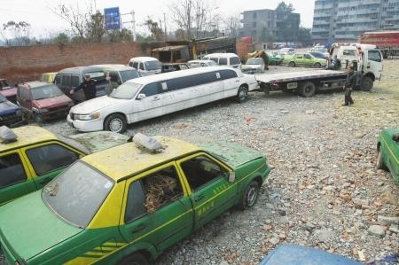 经过一番折腾,加长林肯车终于被拖离。