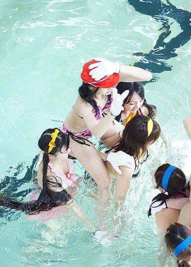 百比基尼美女水中激战