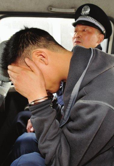 犯罪嫌疑人被押上警车。
