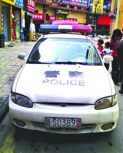 被贴罚单的警车