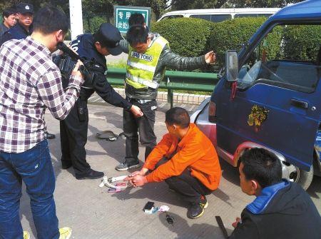 4名参与修车骗局的男子被民警挡下。