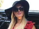 帕丽斯-希尔顿的街拍LOOK V领印花红裙+黑