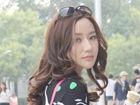 @韩雨芹 的街拍LOOK 黑色印花短裙+粉色挎包