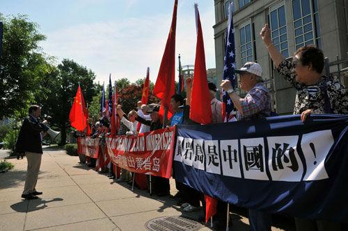 5月13日美国华人在菲律宾驻美国大使馆前举行示威活动的情景。人民网记者温宪摄