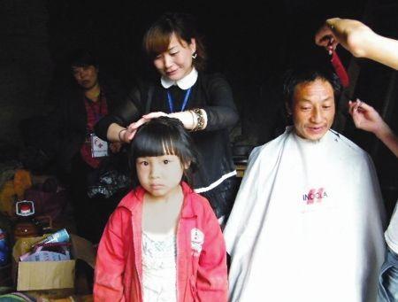 志愿者为困难户理发志愿者为困难户理发