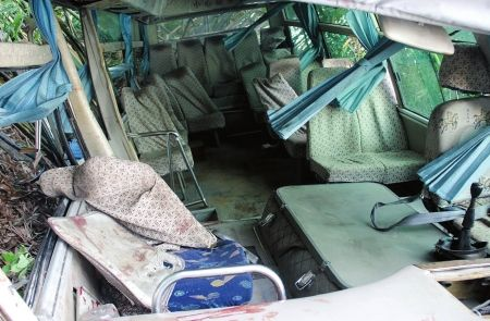 客车内部。