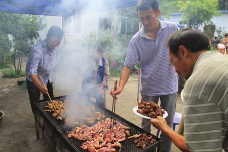 5月27日,西昌传统的炭火烧烤备受市民青睐。