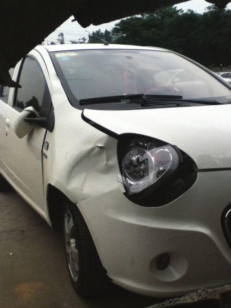 6月2日,肇事车辆前车灯被撞坏,车灯周围被撞出凹槽。