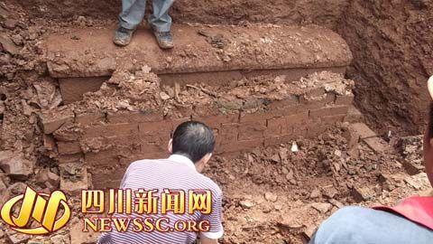 工作人员正在清理石棺