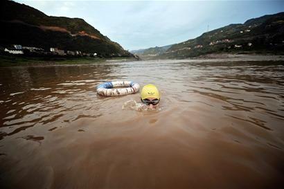 在金沙江畔游泳的记忆将随古城的搬迁而远去