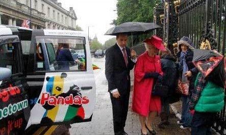 英国女王搭乘成都大熊猫出租车出游