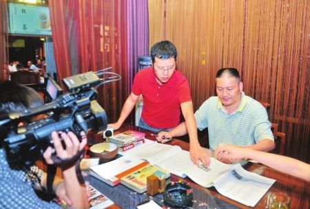 """6月6日,成都某茶楼,梁实接受媒体采访,""""认真看书""""。"""