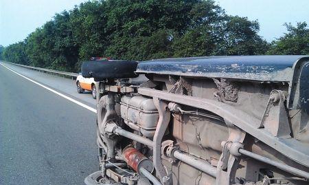 皮卡车右后轮胎爆裂