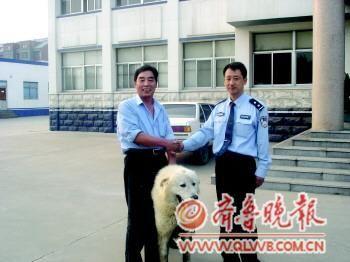 失主找回爱犬感谢民警。本报通讯员 吴红霞 摄