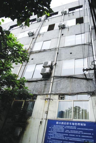 目击者称,男子从4楼窗户坠落