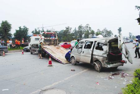出事的面包车被拖离现场