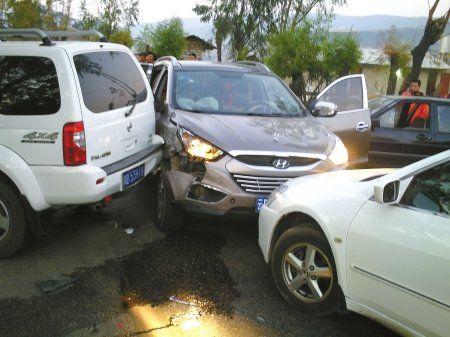 截停,三辆民用车摆出﹃品﹄字形围堵阵,制造车祸假象,将运毒车截停